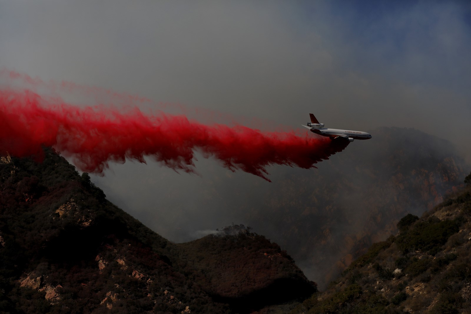 A DC-10 aircraft drops retardant over the Woolsey fire in the Santa Monica Mountains in southern California. — Photograph: Francine Orr/Los Angeles Times.
