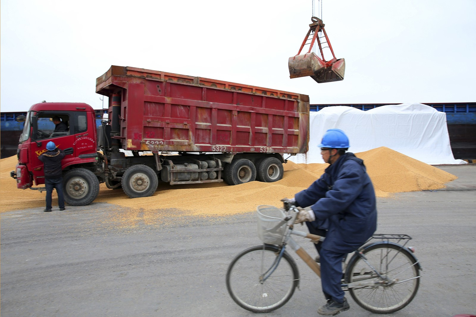 China may put tariffs on $12 billion of American soybeans, more than half of the U.S. export of this product. — Photograph: Associated Press.